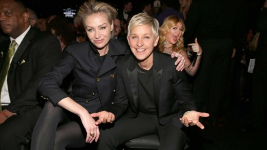 Kelly Clarkson photobombs Portia de Rossi and Ellen DeGeneres